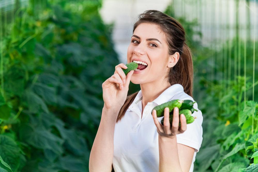 O femeie care consuma castraveti