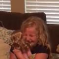 Cum reacţionează o fetiţă cu handicap când primește o păpuşă. Video emoţionant