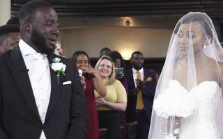 Noua senzaţie a internetului! Reacţia mirelui în momentul în care îşi vede mireasa păşind spre altar - VIDEO