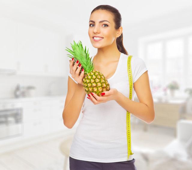 Femeie care slabeste cu ananas