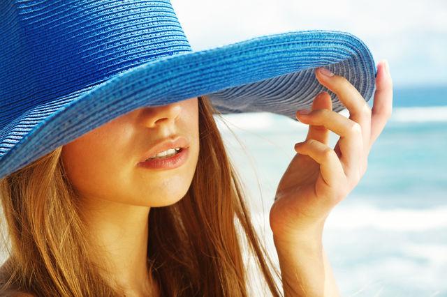 Femeie care se protejeaza de soare