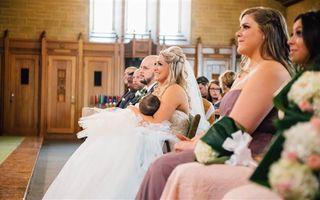 O mireasă și-a alăptat bebelușul la altar. Imaginile au devenit virale!