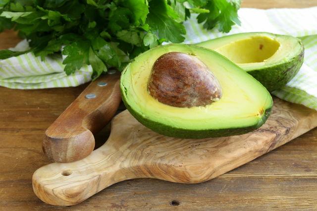 Un avocado taiat in jumtatate