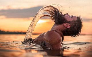 40 de imagini amuzante în care bărbații parodiază fotografiile femeilor