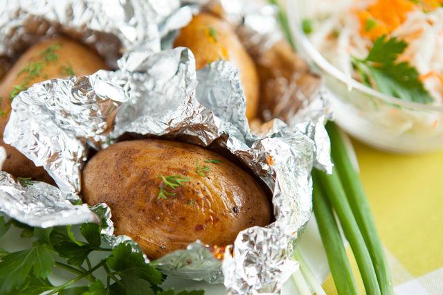 Cartofi copti in folie de aluminiu