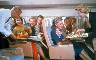 Cum arăta meniul din avion mai demult? Numai delicatese culinare!
