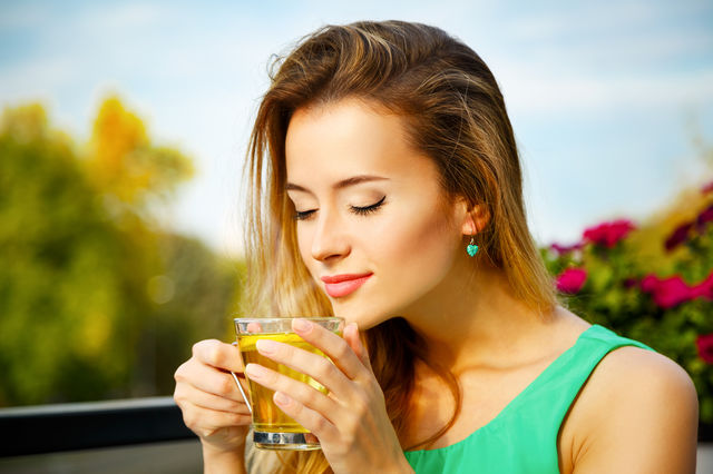 Femeie care bea ceai verde