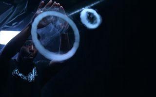 Cel mai tare fumător din lume: Face cerculeţe incredibile! - VIDEO
