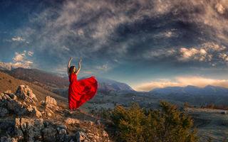 Femeia în roşu şi peisajele de vis din România, un proiect foto superb