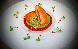 Cordon Bleu cu piure de mazăre şi sos de ardei by Chef Paul Siserman