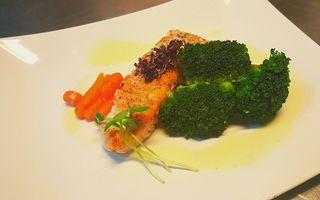 Chef Paul Siserman va recomanda Somon cu legume si sos de lamaie