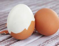 VIDEO: Cum să cureţi uşor un ou fiert