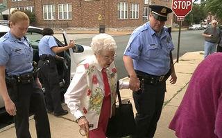 Bunicuţa neastâmpărată: Are 102 ani şi a vrut să fie arestată măcar o dată. Poliţia i-a îndeplinit dorinţa