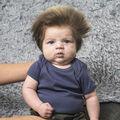 """Băieţelul cu """"coamă"""": Are doar două luni şi cea mai tare freză din lume!"""