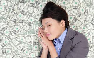 Ce înseamnă când visezi bani