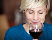 Cum să previi durerile de cap provocate de vin