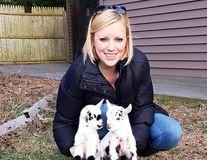 O femeie de carieră a renunțat la un job stresant și crește iezi: Acum e fericită!