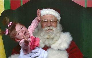 Când Moş Crăciun sperie copiii: 15 imagini care te fac să râzi cu lacrimi