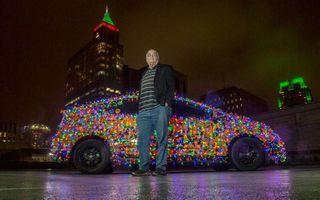 Taximetristul lui Moș Crăciun. Și-a îmbrăcat mașina cu 9000 de luminițe colorate