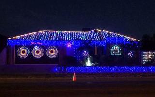 """Super idee: Şi-a sincronizat luminile de Crăciun cu hitul """"Thunderstruck"""" - VIDEO"""