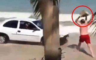 Un şmecher a intrat cu maşina pe plajă şi a primit o lecţie dură - VIDEO