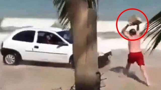 maşină pe plajă