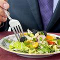 Cum mănânci măslinele la restaurant. Iată ce spun bunele maniere!