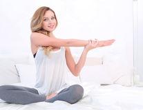 6 exerciţii simple pe care le poţi face în pat. Îţi dau energie!