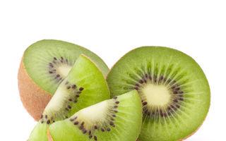 VIDEO: Cum să cureţi rapid un kiwi. O metodă genială!