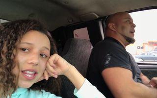 Şi-a filmat tatăl când cânta în maşină, iar imaginile au cucerit internetul - VIDEO