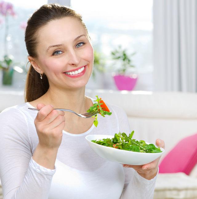 Femeie care mananca salata