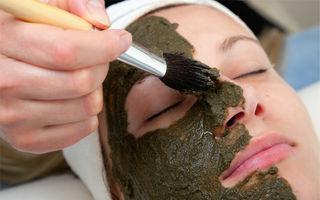 Cărbunele activ îți face tenul impecabil! 5 motive să încerci această mască