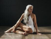 Fotomodel cu părul alb: Are 61 de ani şi pozează în costum de baie - FOTO