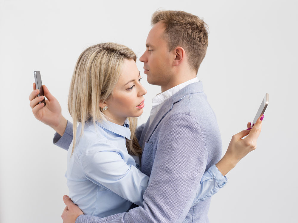 6 minciuni aparent nevinovate care îți distrug relația