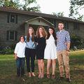 O femeie divorţată şi cei 4 copii şi-au făcut singuri o casă. Au învăţat tot de pe YouTube - FOTO