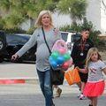 Tori Spelling, o mamă ocupată: Cu 4 copii de mână şi unul pe drum, la 43 de ani