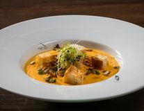 Chef Paul Siserman recomandă: Supa cremă de dovleac cu crutoane și seminţe de dovleac