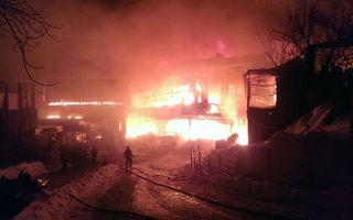 Incendiu devastator în clubul Bamboo din Capitală: Clădirea s-a prăbuşit. Ar putea fi victime în interior