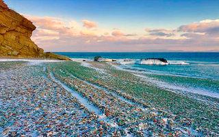 Ce nebunii mai fac ruşii: Aruncă sticlele de băutură în ocean, iar apa le aduce pe plajă - FOTO