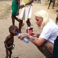 Cum arată acum băiatul lăsat de părinţi să moară de foame: Povestea unei fotografii emoţionante