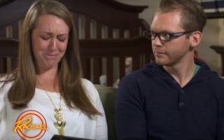 Reacţia emoţionantă a unui tânăr orb când îşi vede pentru prima oară soţia şi fiul - VIDEO