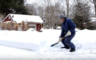 Cum să dai zăpada cu lopata fără să te doară spatele - VIDEO