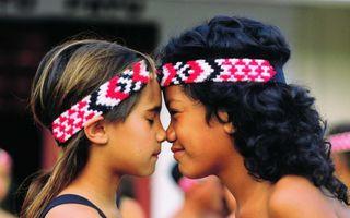 Cum salută oamenii din diferite ţări ale lumii. 14 ritualuri fascinante