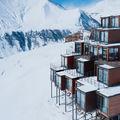 Hotelul din containere: Priveliştea pe care o oferă e superbă - FOTO