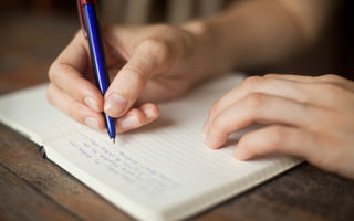 Cum îți dai seama dacă te minte cineva în funcție de scrisul său