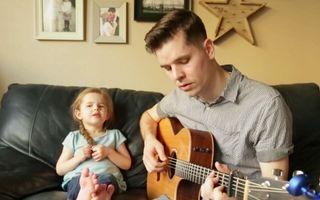 Un clip adorabil: O fetiţă de 4 ani cântă senzaţional cu tatăl ei - VIDEO
