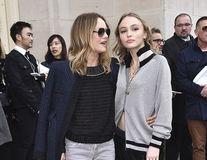 """Ce a avut şi ce a lăsat Johnny Depp: Lily-Rose şi Vanessa Paradis, """"surorile"""" şic"""