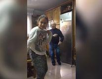 Bunicul face lucuri trăsnite: Se distra în spatele nepoatei în timp ce ea se filma dansând