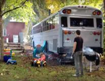 Cum au scăpat de chirie: Au transformat un autobuz într-o casă - VIDEO