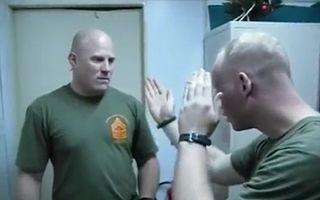 Cum te aperi când eşti atacat: Lovitura care adoarme agresorul, explicată de un soldat american